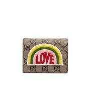 """新款!Gucci 彩虹""""Love""""刺绣 短款钱夹 $395(约2861元)"""
