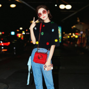 古力娜扎同款 Fendi Kan I 迷你红色包包 + Fendi 毛绒球装饰毛衣 + Fendi 毛绒球装饰短靴