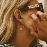Lucy Williams x Missoma 金色圓環浮雕硬幣吊墜耳環