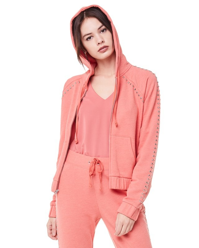 宽松粉色卫衣怎么搭配图片女   七丽女性网
