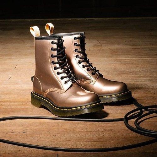 码全!Dr. Martens 马汀博士 VEGAN 1460 金属色8孔马丁靴 £85(约740元) - 海淘优惠海淘折扣 55海淘网