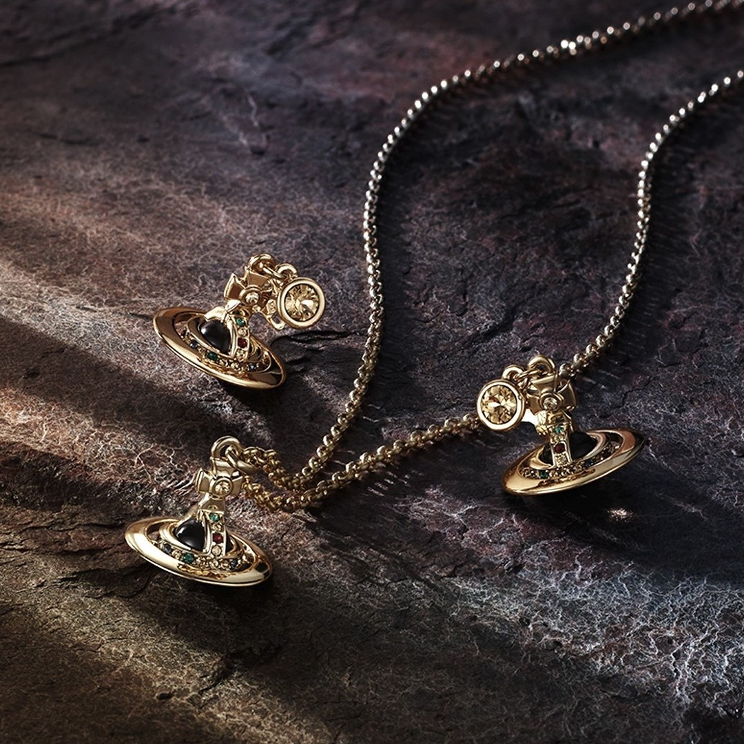 Vivienne Westwood 春夏上新 精致饰品、包包、服饰都有