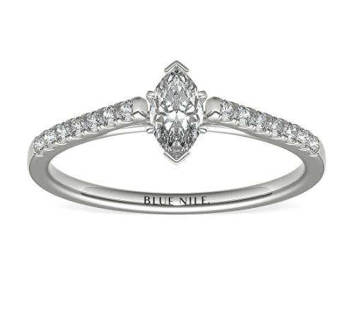 铂金小巧大教堂密钉钻石订婚戒指