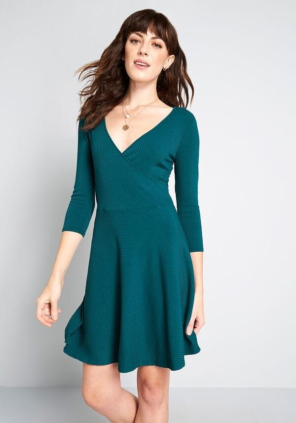 坑条v领连衣裙