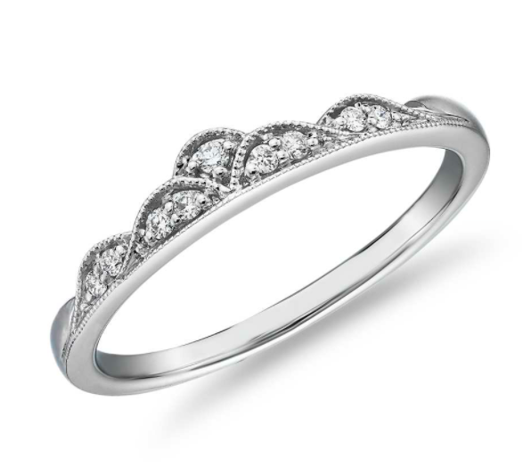 小巧钻石三重冠锯状滚边时尚戒指
