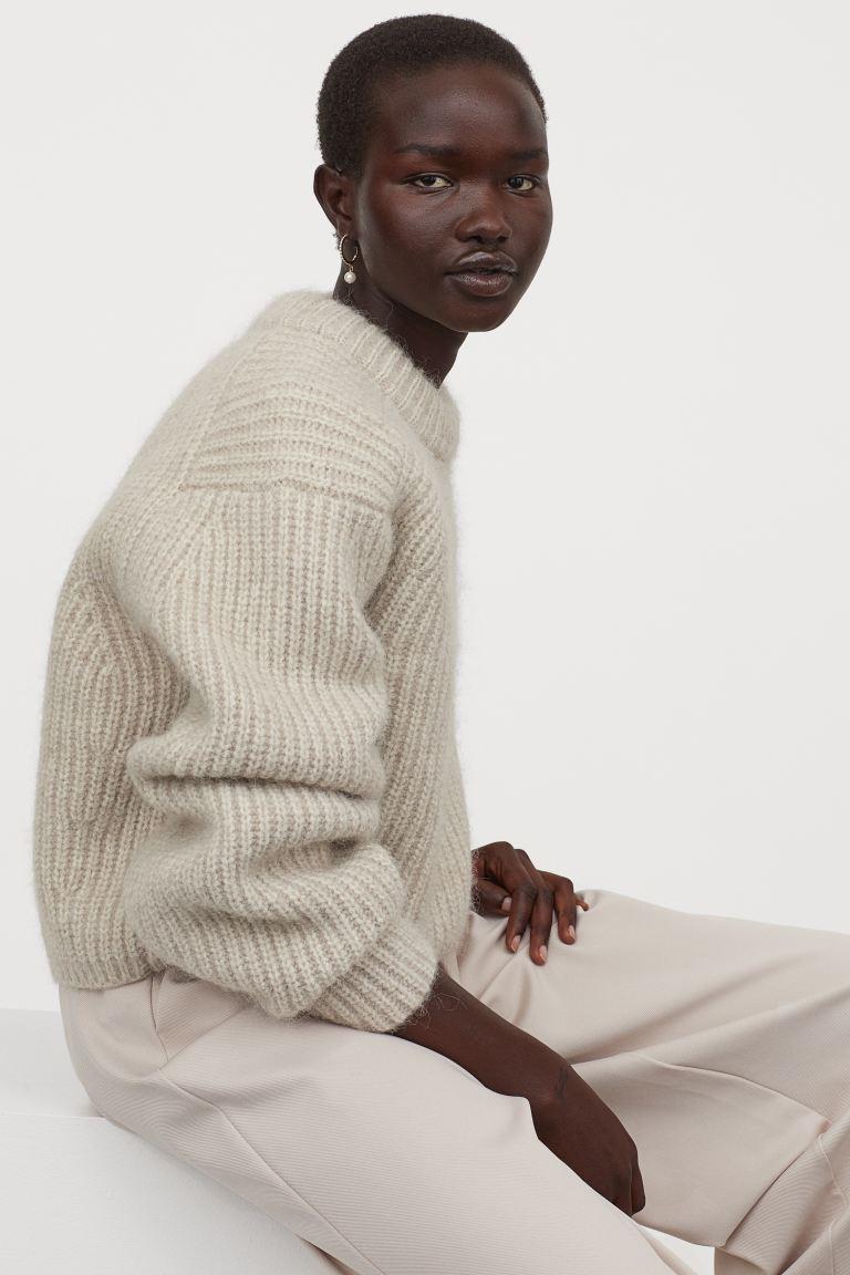 白色羊驼毛圆领毛衣