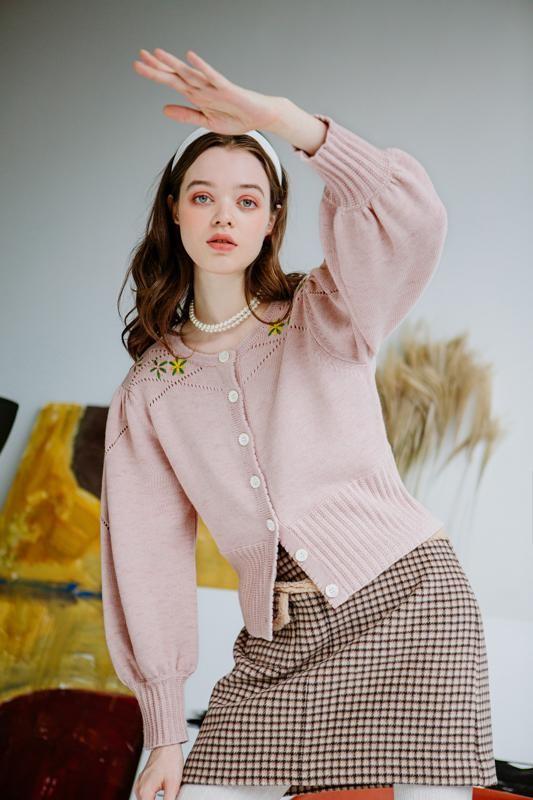 浅粉色纽扣针织开衫