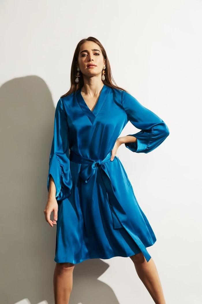 缎面v领连衣裙