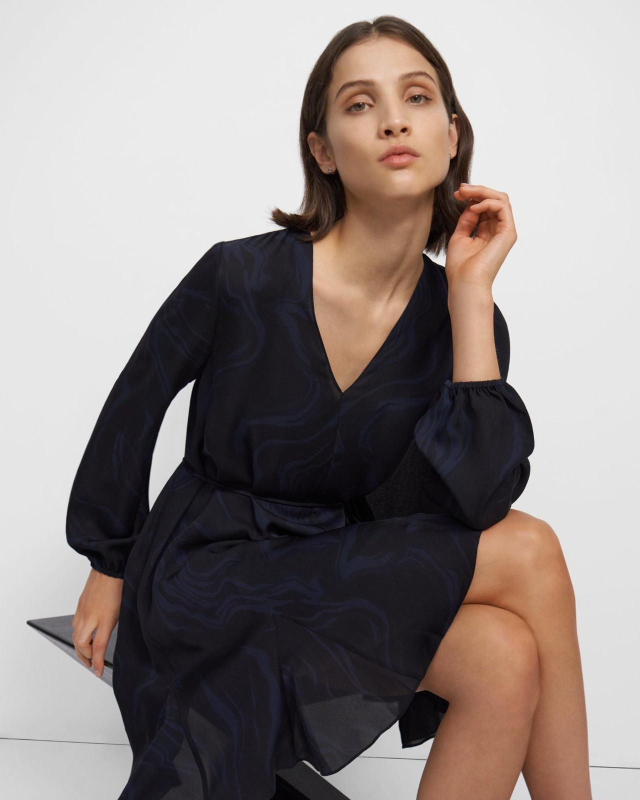 丝绸V领连衣裙