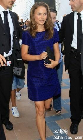 深蓝色的连衣裙很有光泽感.jpg