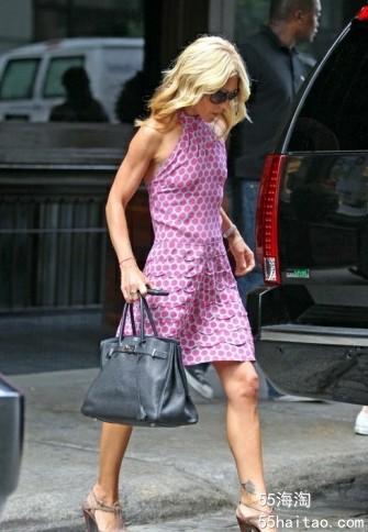 Kelly Ripa的紫色波点连衣裙的露肩设计相当清爽性感.jpg