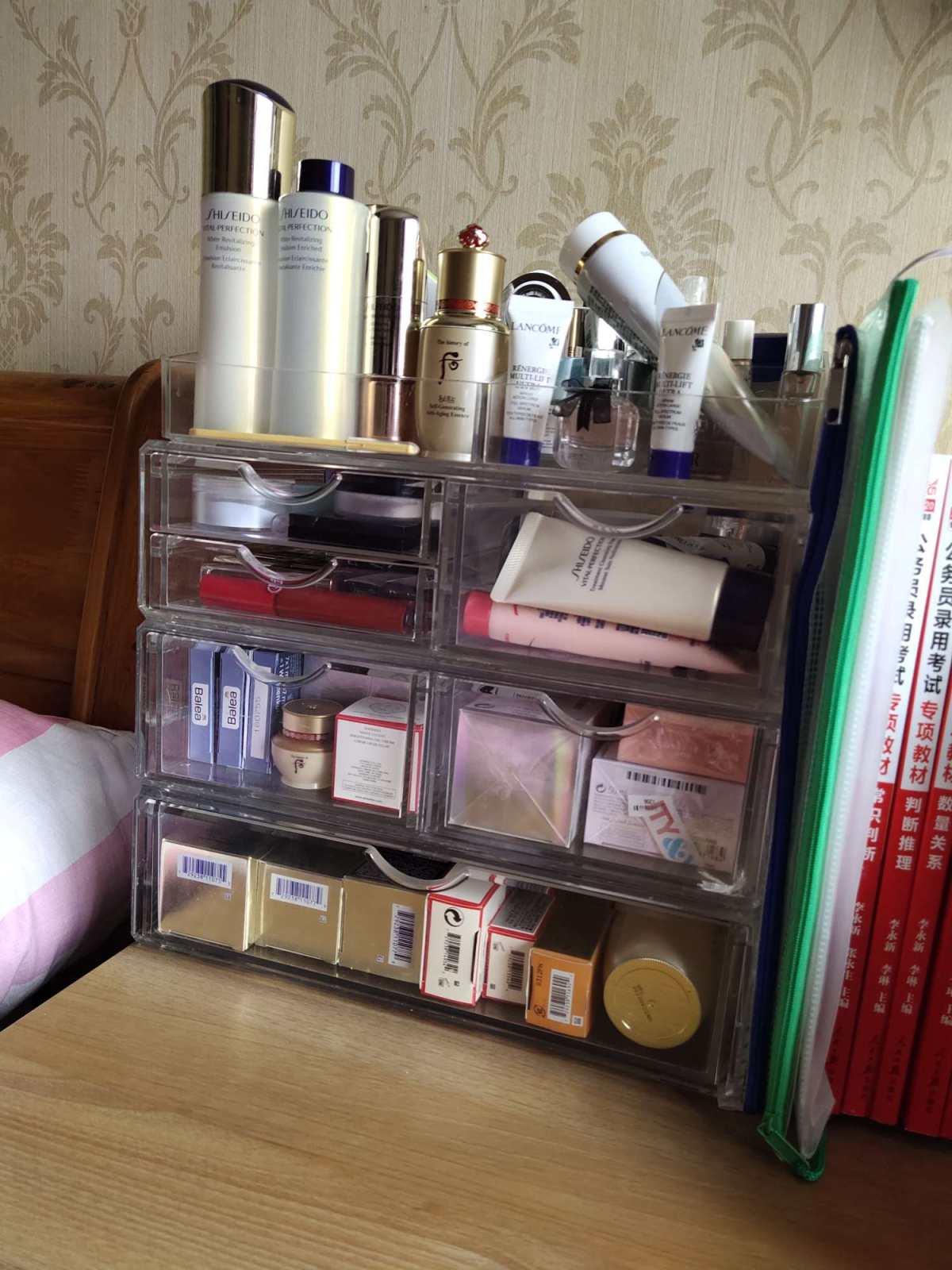 我的书桌兼职梳妆桌 图二为近期自用的一些小东西 悦薇水乳,水