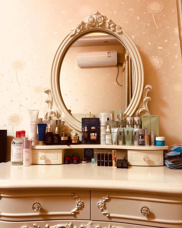 我的简易梳妆台 我的梳妆台上东西算少的了,主要是一些护肤用品