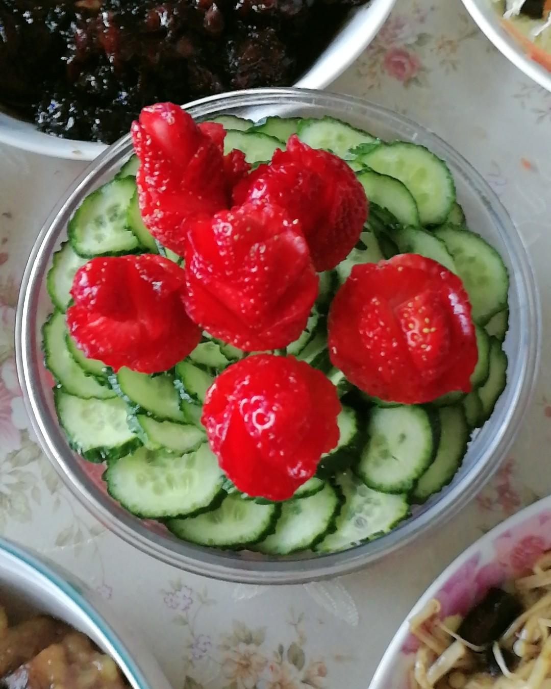 秋膘大作战 第三天打卡 跟胖球一起吃素!啃黄瓜片和草莓🍓花
