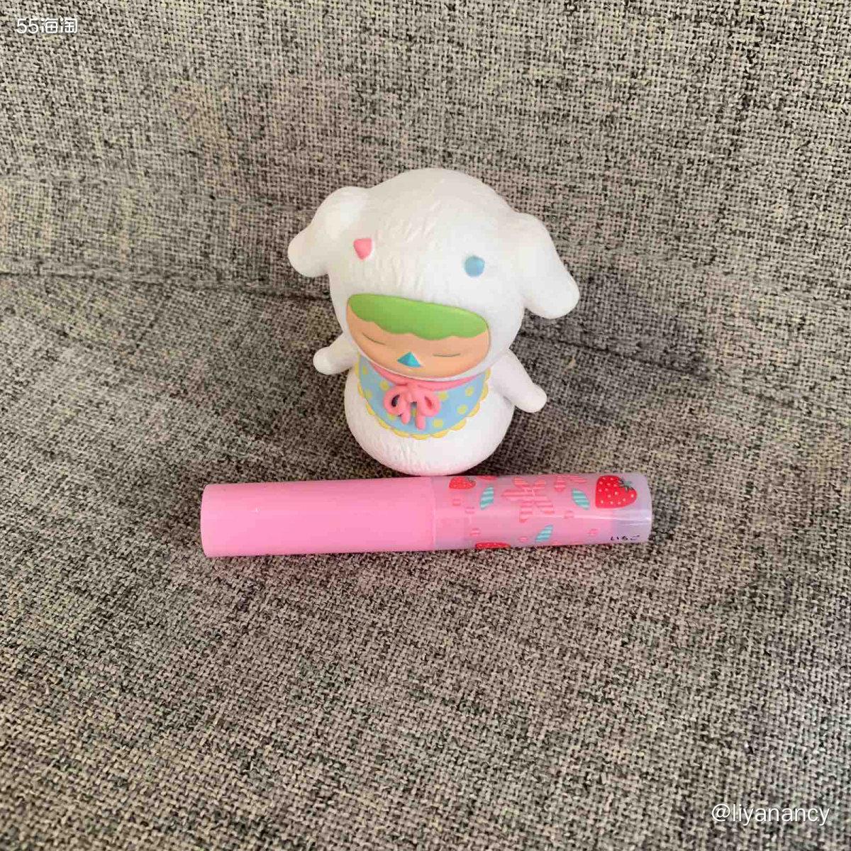 小草莓唇膏  ✨这个唇膏也蛮火的,是性价比很高的一只唇膏,我